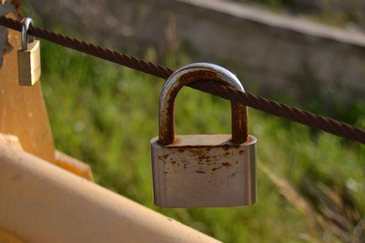 Love in a padlock, in a chain to perpetuate it, so that it is