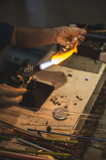 Manual manufacture of glass