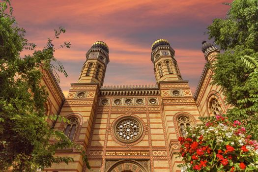 Dohany street synagogue, the great synagogue or tabakgasse synagogue by day, Budapest, Hungary