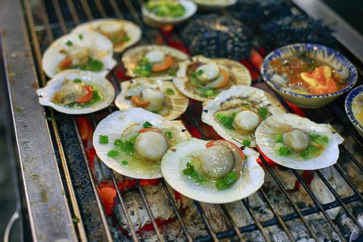 Scallops, commonly known as scallops, are a family of bivalve molluscs, closely related to clams and oysters