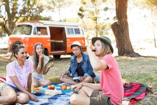 Friend enjoying picnic