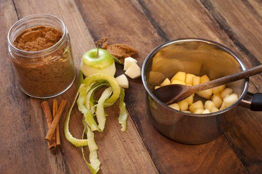 Preparing an apple sauce