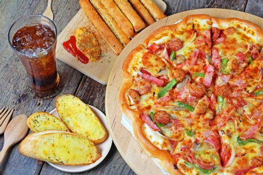 Pizza with pepperoni,smoked chicken, cheese and toppings.