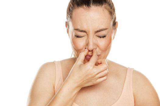 A young woman has itching in the nose