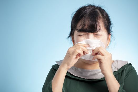 woman got nose allergy and flu
