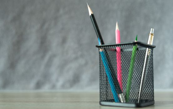 Black basket, put green pencil, ready to use and other color pencil, put on the desk, office equipment in the workplace Or work at home