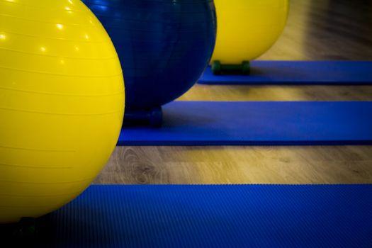 Fitness balls on yoga mat. Fotografía de Gema Ibarra. Prohibida su utilización para cualquier uso sin autorización.Todos los derechos reservados.