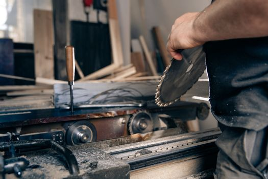 replacement of a gear cutting disc on a circular saw in a joinery