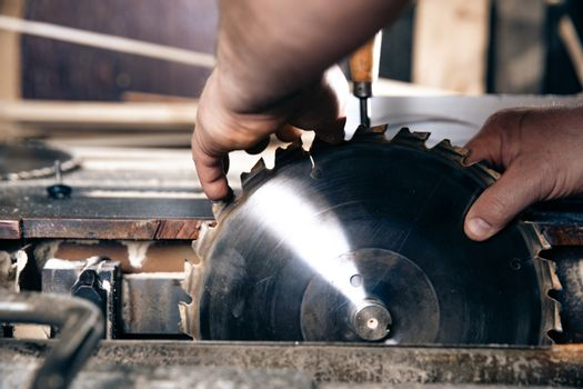 replacement of a gear wheel on a circular saw in a joinery