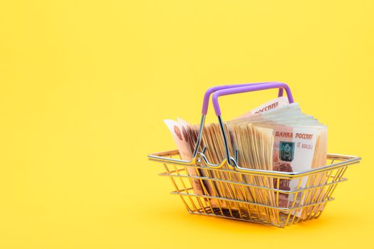 In the grocery cart are Russian banknotes of five thousand rubles