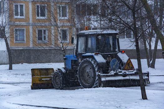 Under snö traktormärken vitryska rengör trottoaren efter snöfall