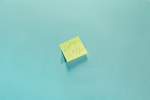 A post it that encourages to study