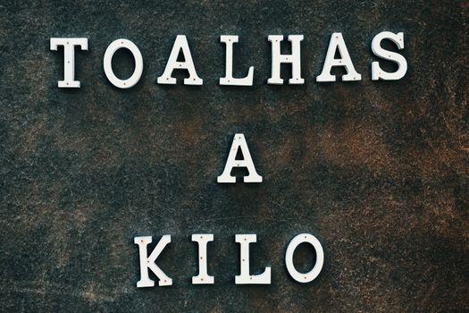 Poster in Portuguese selling towels per kilograms