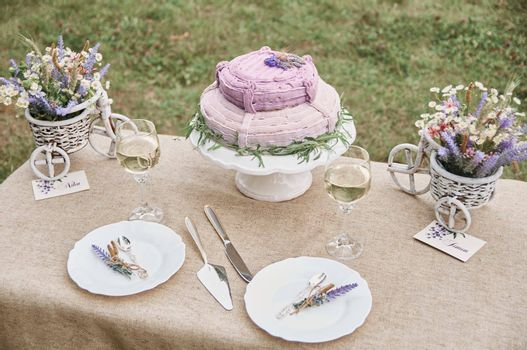 boho style wedding cake on a table covered with a linen tablecloth