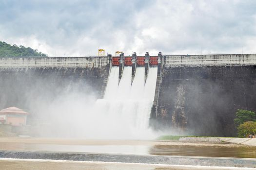 The dam Khun Dan Prakarn Chon is a dam with hydroelectric power plant and irrigation and flood protection in the district , Thailand