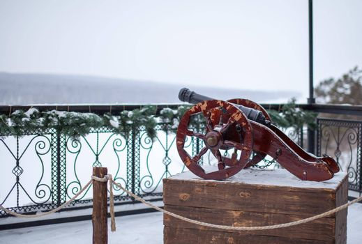 The decorative cannon is reminiscent of the old wars. A cannon with round wheels is installed as a decoration in the park.