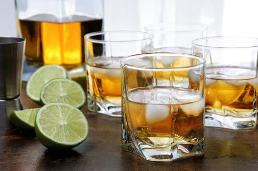 Whiskey with ginger ale and lime