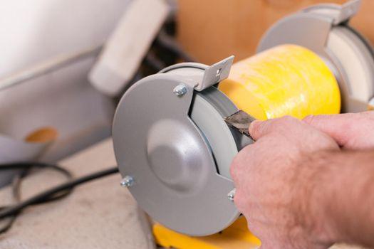 Grinding machine of a carpenter