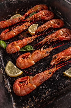 Giant raw fresh prawns i